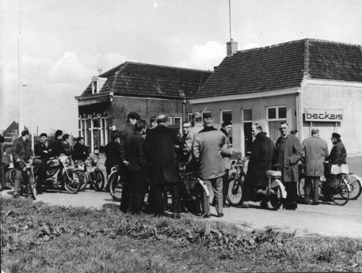 Personeel voor de Haardenfabriek Beckers, Becking & Bongers in Bergen op Zoom op 28 april 1970